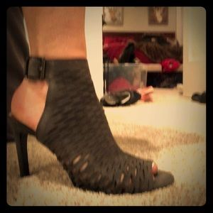 Like New Vince Camuto grey heals